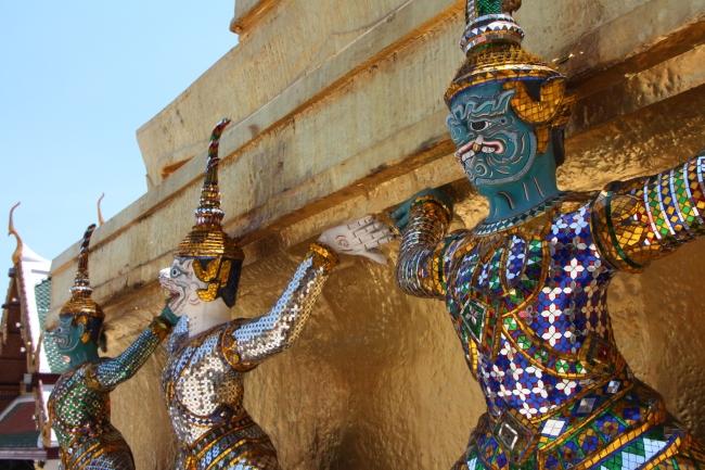 Demonit on valjastettu pitämään temppeliä pystyssä. Demons keep the temple standing.
