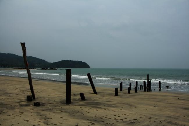Jäänteitä tsunamin viemästä laiturista.