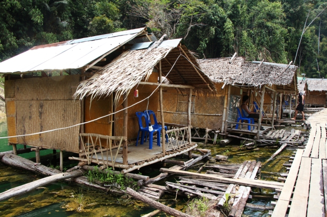 Juuri ja juuri kelluva majapaikkamme. Barely floating house, our residence for one night.
