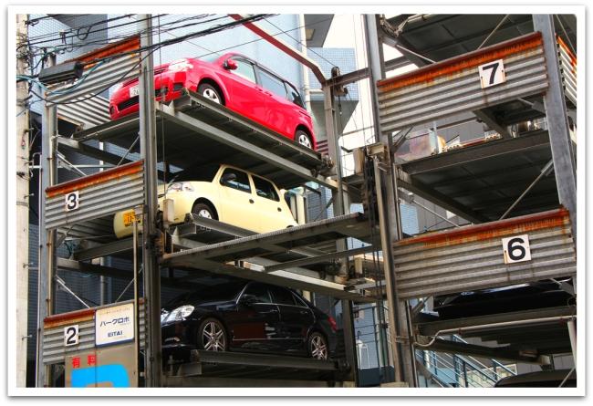 Tilanpuutteen vuoksi, autotkin nostettiin parkkiin  päällekäin.