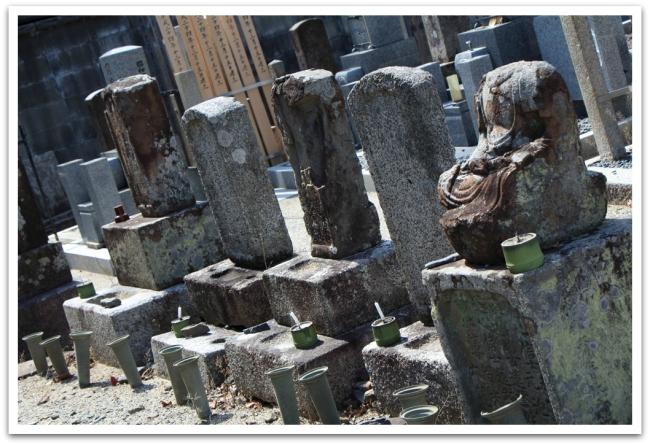 Japanissa tonttimaa on kortilla. Normaalia onkin, että hautausmaat sijaitsevat asuintalojen välissä ja vieressä.