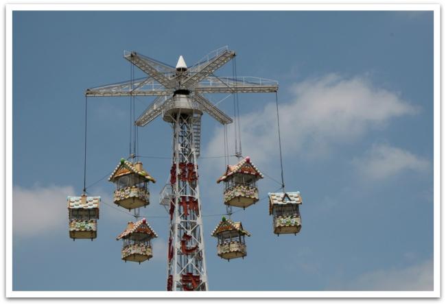 Samoilta kaduilta löytyi myös huvipuisto, jossa oli näin söpö karuselli.