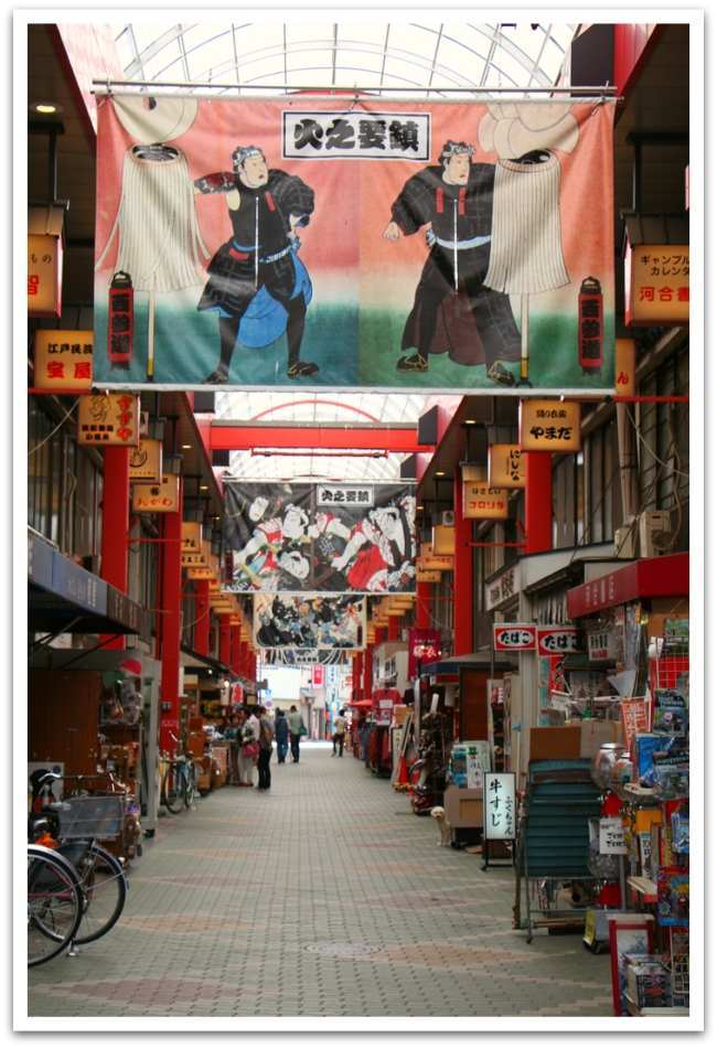Asakusan vanha kauppakatu, Nakamise, on täynnä turisteja, mutta välittömästi sen ja Sensoji-temppelin takana on huomattavasti rauhallisempia markkinakatuja.