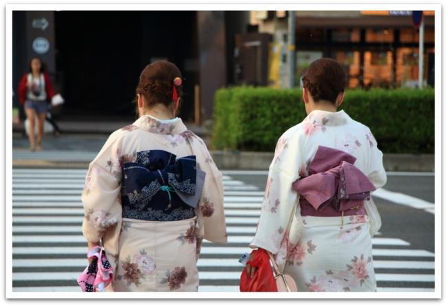 Geishoja emme valitettavasti nähneet, mutta kimonoihin pukeutuneita tyttöjä senkin edestä.