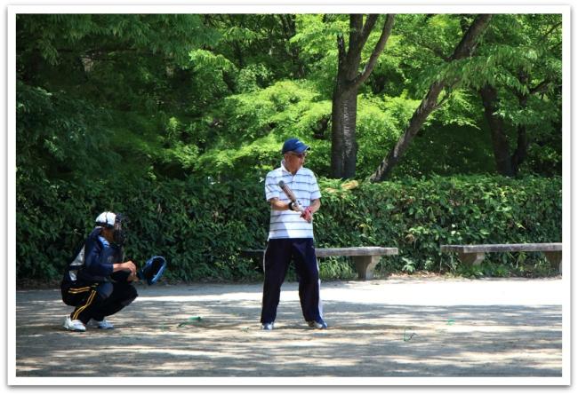 Keisarinpalatsin puistossa näkyi paljon lenkkeilijöitä, petanquen pelaajia, mutta myös baseballin pelaajia. Tässä menossa hieman ikääntyneiden miesten verkkainen pesisottelu.