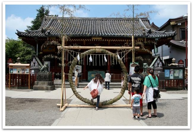 Temppelin takana oli shintolainen temppeli, jonka edustalla olevan renkaan läpi ihmiset hyppivät. Lienekkö tuonut hyvää onnea?