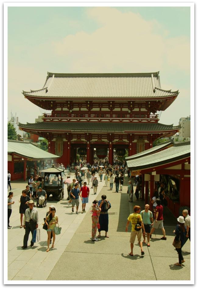 Eksyimmehän me myös temppeliin, kuvassa buddhalainen Sensoji-temppeli Asakusassa.