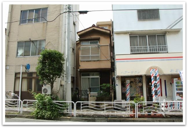 Tokiossa katunäkymä on mielenkiintoinen, jokainen koloon on rakennettu jotain, vaikkapa tällainen pieni omakotitalo kerrostalojen väliin.