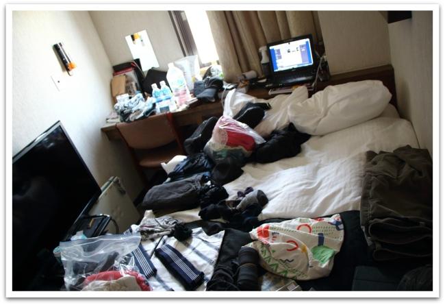 Pienet hotellihuoneet Japanissa tuppasivat käymään hieman ahtaiksi rinkan pakkausprosessissa.