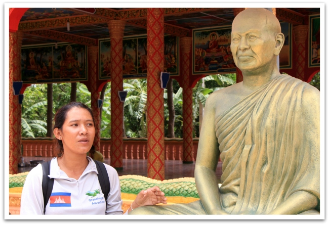 Ihana oppaamme Amom esitteli temppeliä.