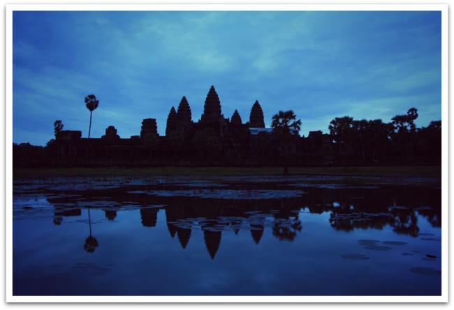 Heräsimme aamulla neljältä, jotta kerkeäisimme Angkor Wat:lle ennen auringonnousua. Taivas ei värjäytynyt odotusten mukaisesti punaisen tuhansin sävyin paksun pilviverhon vuoksi. Hetkessä oli kuitenkin jotain taikaa, kun sadat turistit odottivat hiljaisuudessa otsalamput päässä aamun valkeamista.