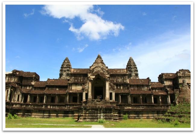 Angkor Wat:n etupuoli oli korjaustelineiden peittämä, mutta taaimmainen sisäänkäynti näytti mahtavalta.