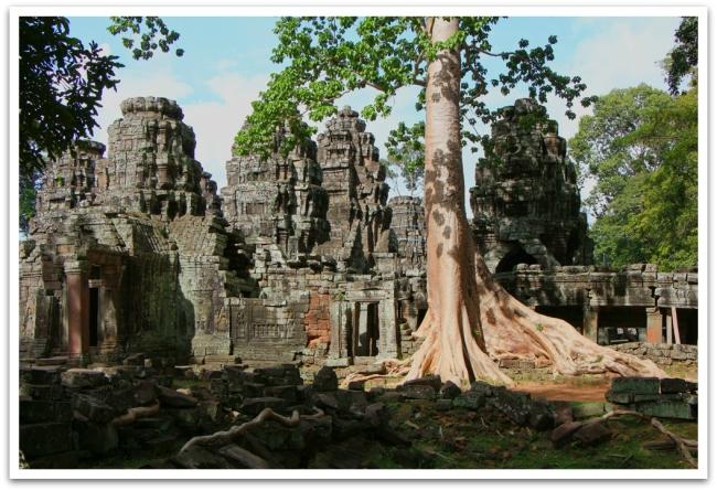 Ta Prohmin viereisessä temppelissä, Banteay Kdei:ssä oli päivälläkin maltillinen määrä vierailijoita. Myös täällä Puut olivat vallanneet rauniot, kuten myös turistirihkamaa kauppaavat myyjät, sekä kerjäävät lapset.