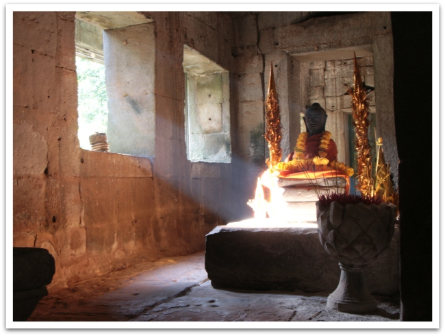 Angkor Wat on maailman suurin uskonnollinen rakennus. Angkor Watin lisäksi alueen muissa temppeleissä voi törmätä pieniin buddhalaisalttareihin.