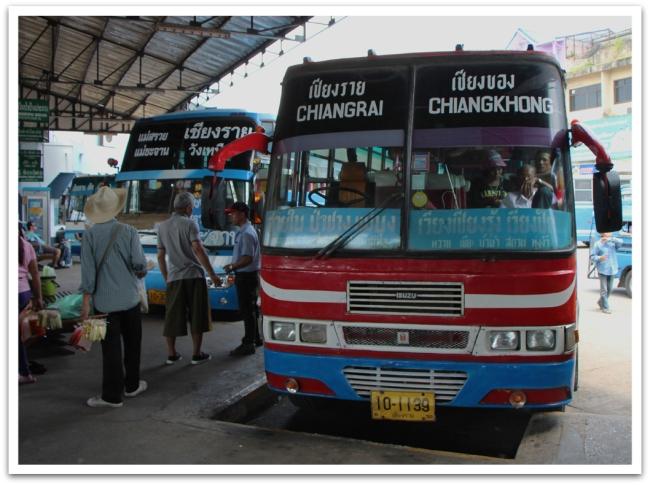 Bussikyyti Chiang Raista Mekongin ääreen.