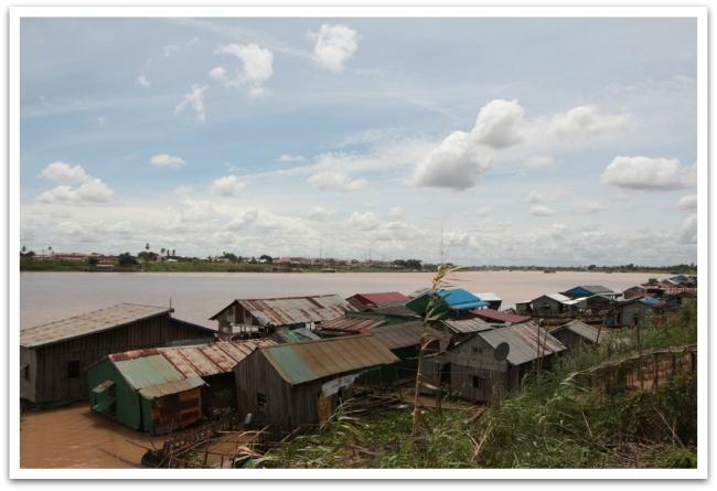 Mekongin virran varrella oli useita kelluvien talojen kyliä. Osa perheistä asui myös veneissä. Kelluvien kylien asukkaat ovat alunperin Vietnamista lähtöisin.