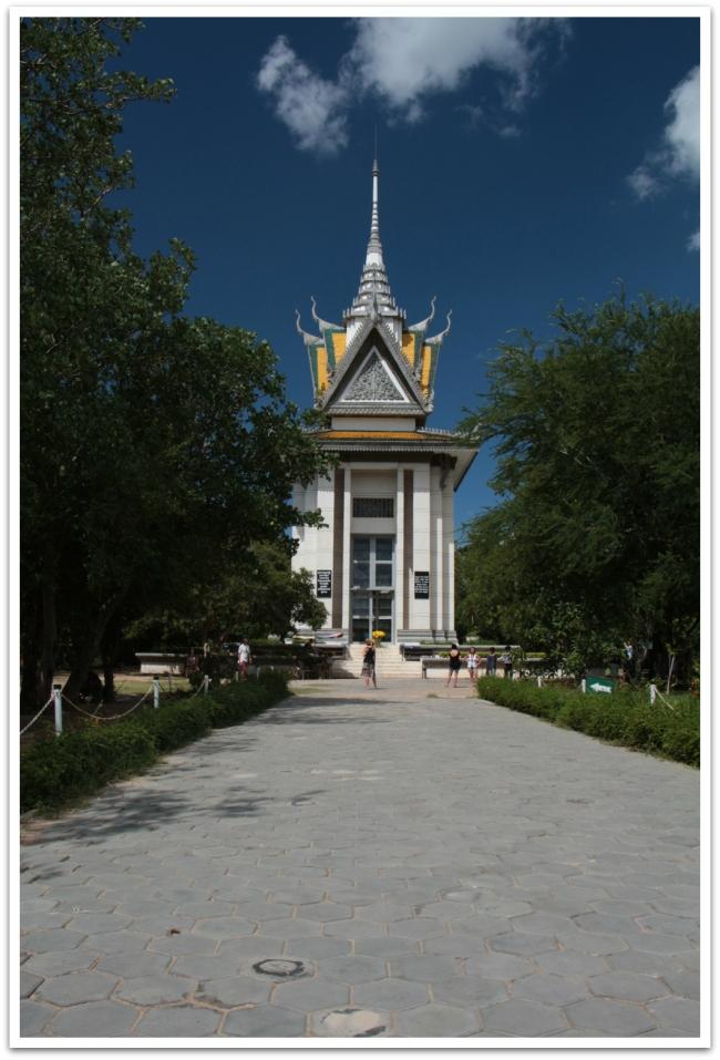 Choeung Ek:in kuoleman kentät sijaitsevat noin 17km päässä Phnom Penhin keskustasta. Cheung Ek:n joukkohaudoista löytyi vuonna 1979 lähes 9000 kambodzalaisen ruumiit. Valtaosa heistä oli ollut S-21 kidutettuja vankeja. Kuoleman kenttien keskellä kohoaa Stupa, jonka sisällä on hyllyillä 5000 Khmer Rougen uhrin kallot.