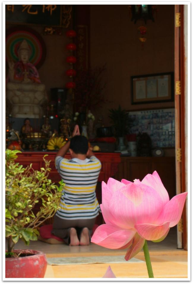 Pydähdyimme myös kiinalaisessa temppelissä.