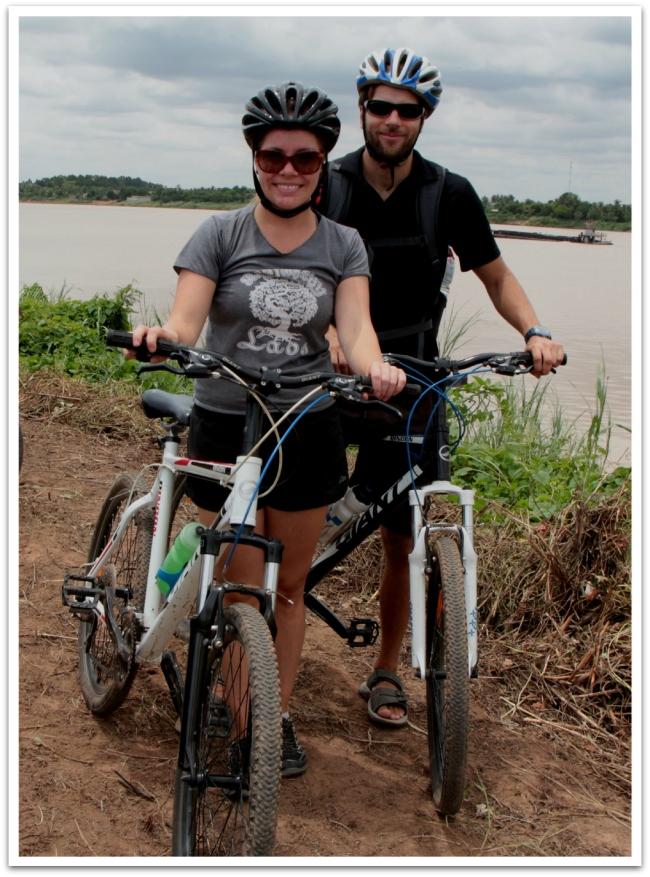 Iloiset pyöräilijät.