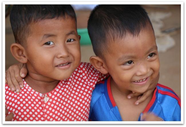 Teiden varrella lapset vilkuttelivat ja ilahduttivat meitä hymyillään.
