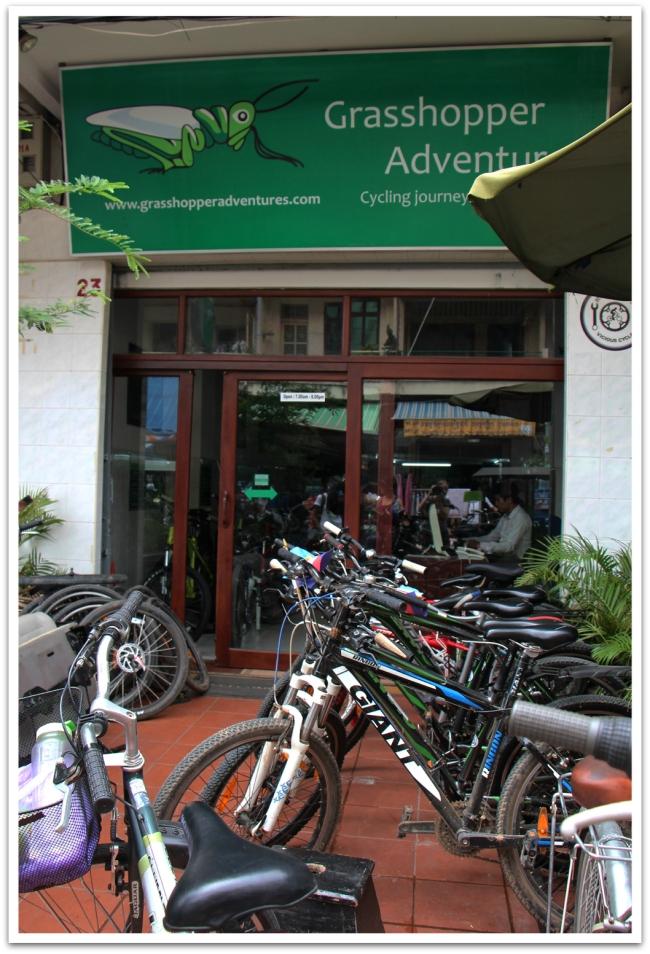 Tuktuk-kyyti haki meidät aamulla hotelliltamme ja kuskasi Grasshoppersien toimistolle valitsemaan polkupyörää.