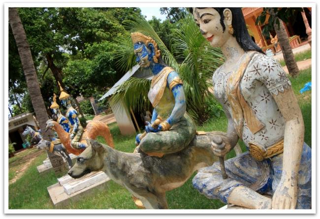 Pysähdyimme matkalla kahdessa temppelissä. Tässä ratsastavia patsaita buddhalaistemppelistä.
