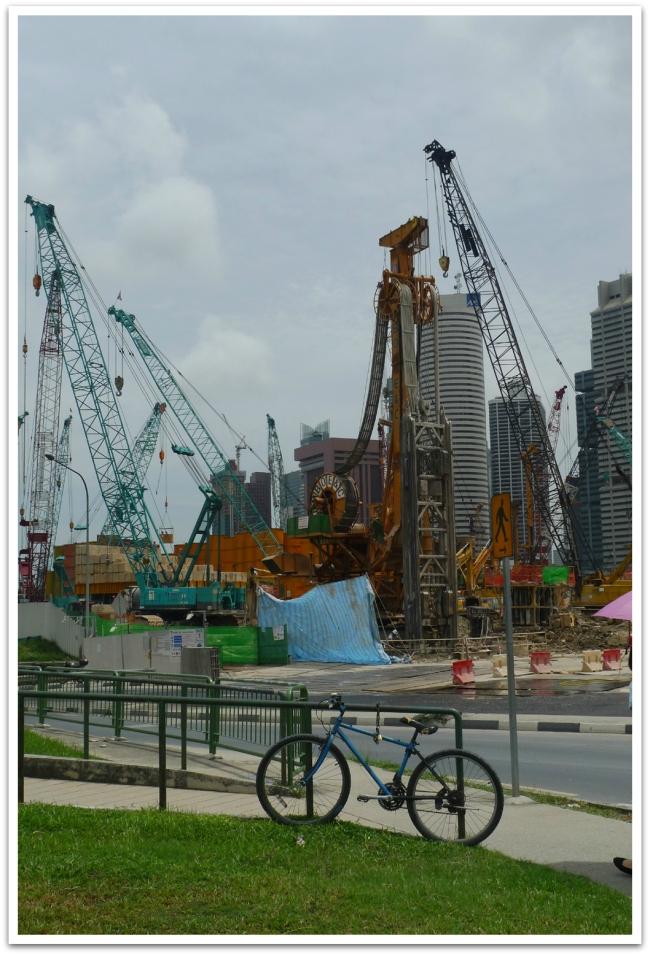 Marina Bay:ssa taas talot hipoivat taivaita ja uusia rakennettiin jatkuvasti.