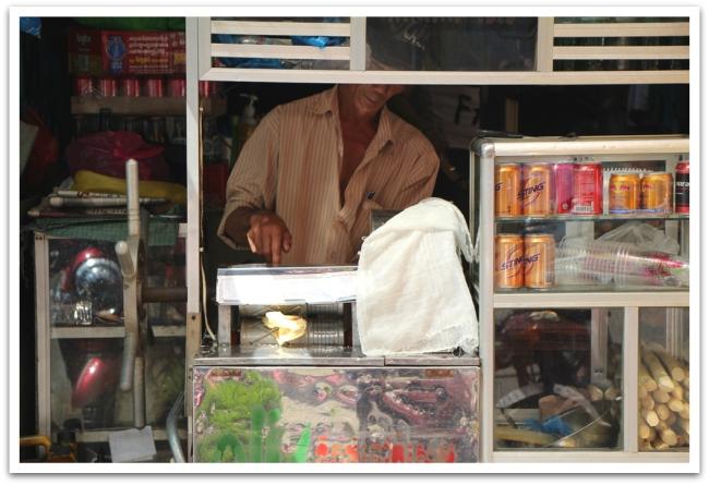 Sokeriruokomehun valmistusta Phnom Penhin kaduilla.