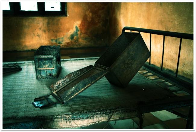 S-21 vankilassa vankeja kidutettiin ja kuulusteltiin äärettömän julmilla keinoilla. Brutaalit kuulustelukeinot pakottivat uhrinsa kirjoittamaan valheellisia valoja ja paljastamaan tuttaviaan ja sukulaisia virheellisesti vakoojiksi.