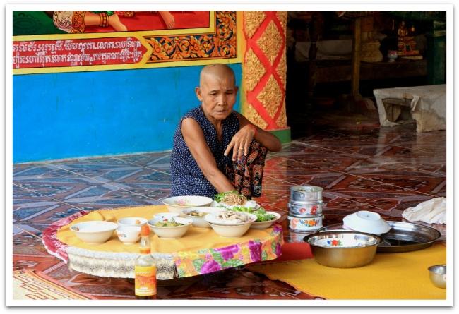 Temppelissä paikalliset naiset valmistivat ruokaa itselleen, mutta myös munkeille. Munkit   saavat syödä kahdesti päivässä: aamuisin ja iltaisin. Munkit syövät sen, mitä heille lahjoitetaan. Tarjoamalla ruokaa ihmiset ajattelevat parantavan asemiaan jälleensyntymisen kiertokulussa.
