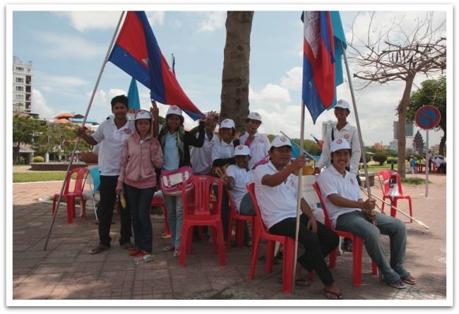 Kambodzassa pidetään vaalit 28.7 ja vaalikampanjointi oli eri puolueilla äänekkäästi käynnissä. Lähes joka päivä törmäsimme suuriin puolueiden kulkueisiin, tanssi- ja musiikkiesityksiin sekä kovaäänisillä varustettuihin vaaliautoihin.