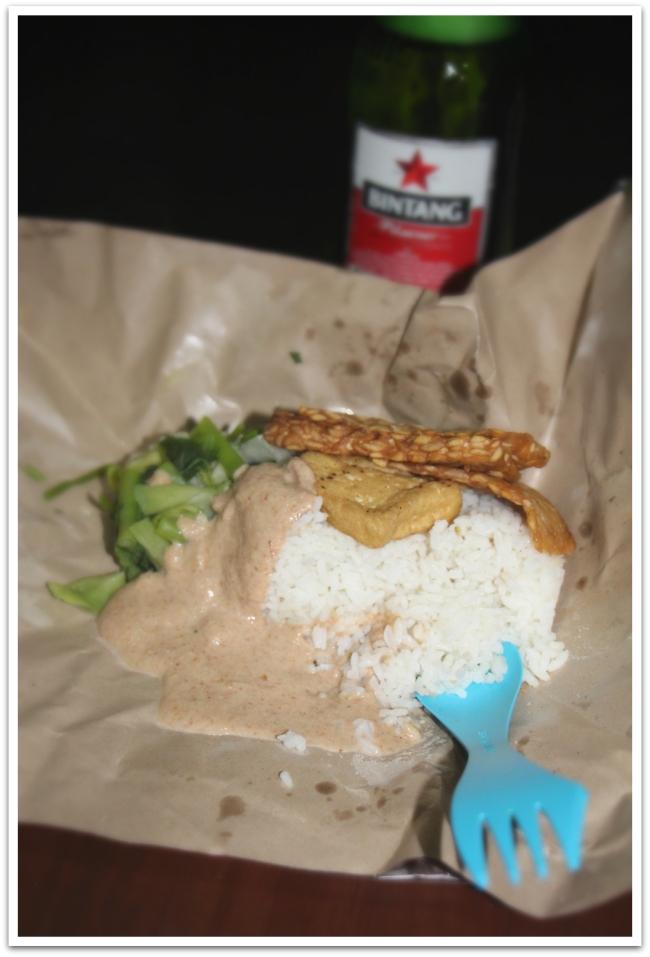 Sairastelun vuoksi olemme  ravintolassa istumisen sijaan hakeneet eväät kotiin. Take away-ruuat tulevat kätevästi paperiin käärittynä ja saatiinpa eilen kuumat teet matkaan muovipusseissa. Tässä eväänä Gado-Gado: tofua, paistettuja vihanneksia, riisia ja pähkinäkastiketta. Nam!