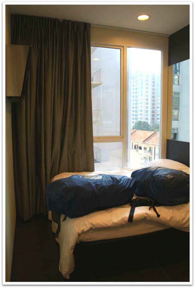 Singaporen minihuoneeseen mahtui sänky ja iso ikkuna. Ja kaksi rinkaa sängyn päälle.