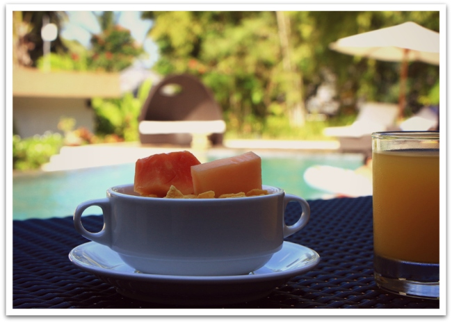 Lombokissa Senggigi-biitsillä elettiin herroiksi ja syötiin aamupalabuffetista altaan äärellä.