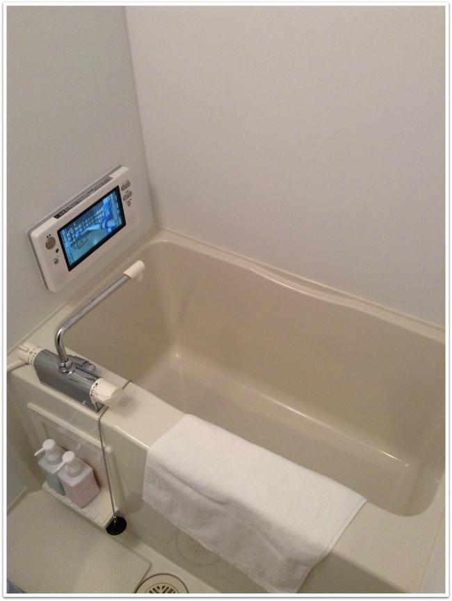 Japanilainen kylpyhuone. Kylvyssä makoillessa pystyi katsomaan ammeeseen integroitua telkkaria.