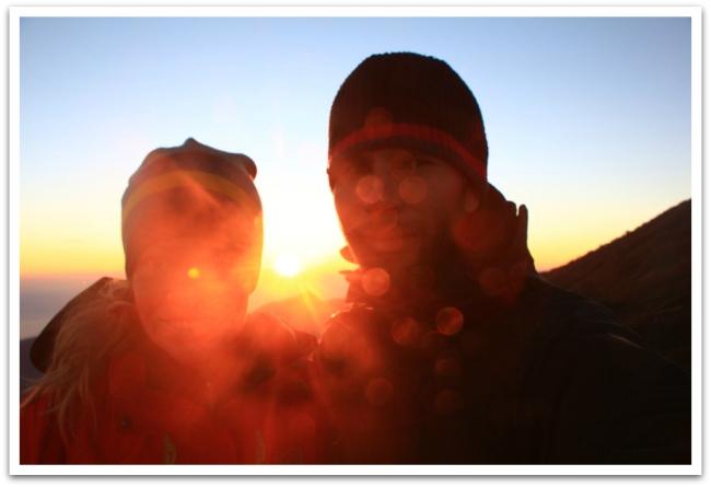 Kaikesta huolimatta meitä hieman hymyilytti auringon nousua ihaillessa. Mahtava!
