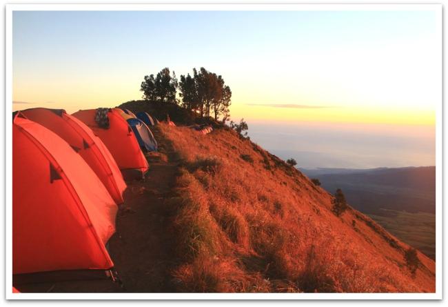 Aamulla aurinko värjäsi telttakylän punaiseksi.