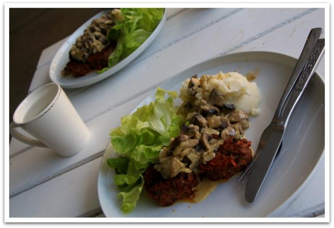 Perunamuusi, jauhelihapihvit ja sienikastike maistui herkulliselta, vaikka itse sanonkin! Nam!