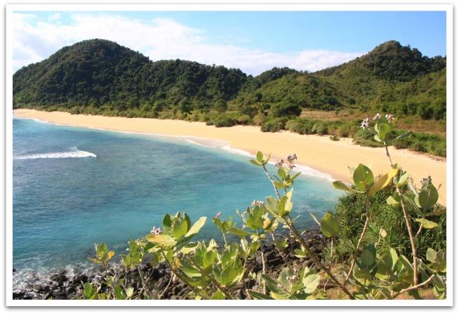 Lombokissa rantahiekka oli valkoista ja meri sinistäkin sinisempi. Ja rannat hiljaisia.