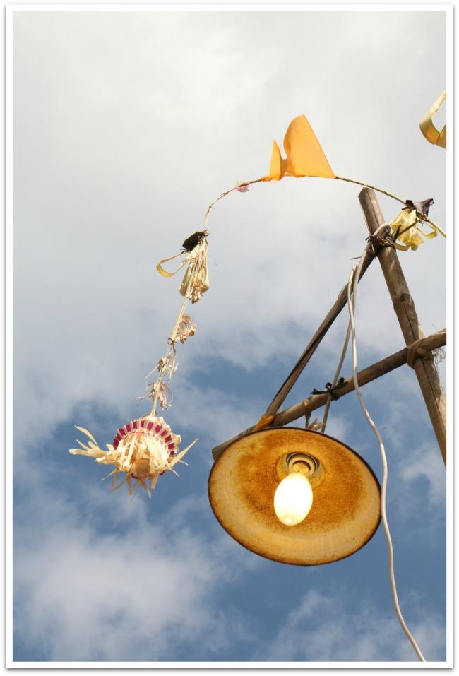 Balilla on jatkuvasti menossa jokin juhla tai seremonia, joiden vuoksi kadut ovat koristeltu ja liikenne jumissa.