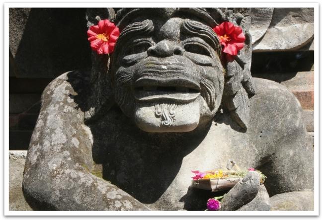 Temppeleiden patsaatkin olivat aamuisin saaneet hieman lempeämmän ilmeen kukkasista.