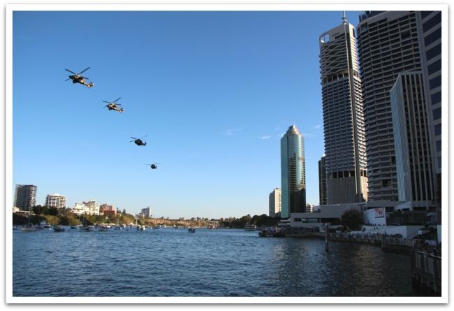 Päivän aikana taivaalla lenteli useaan otteeseen helikoptereita ja hävittäjiä.
