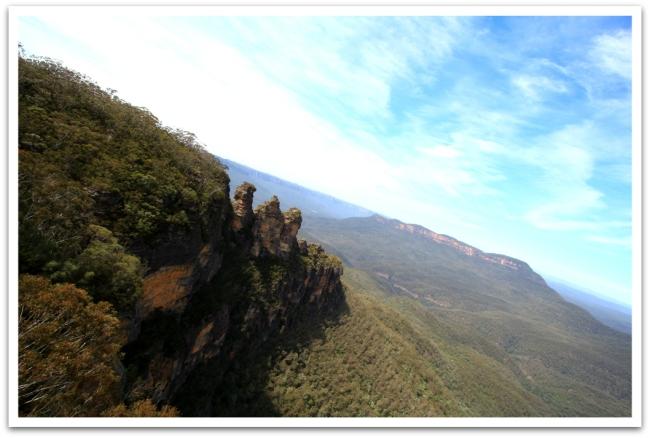 Blue Mountains luonnonpuisto on aivan Sydneyn naapurissa. Puiston kuuluisin nähtävyys on The Tree Sisters. Tuolta kolmen siskon juurelta pääse jättiläisen rappusia pitkin alas laakson vaelluspoluille. Pitihän siellä käydä,