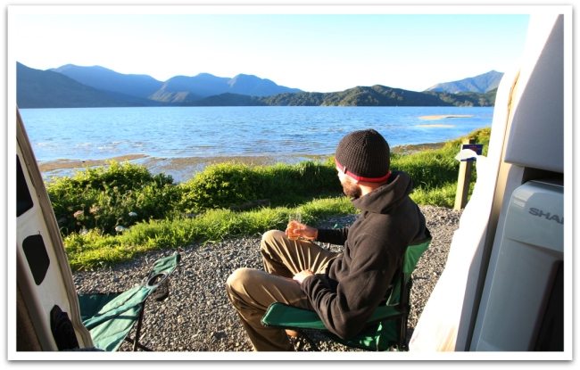 Eteläsaarella ensimmäinen yö vietettiin Pictonin lähistöllä Ohauparuparu Bay:ssa Kenepuru Soundin edustalla. Hyvä freedom camping-paikka, suosittelemme!