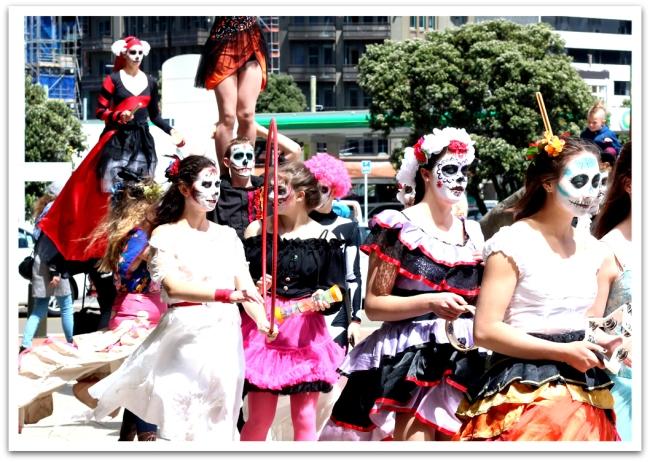 Pyhäinpäivän aattona Te Papan edustalla juhlittiin meksikolaisen kuolleiden päivän tyyliin.