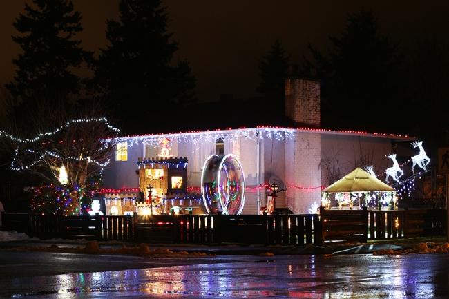 Jouluruuan jälkeen kävimme kyttäämässä hulluimpia jouluvaloja. Tässä naapuruston överimmästä päästä.