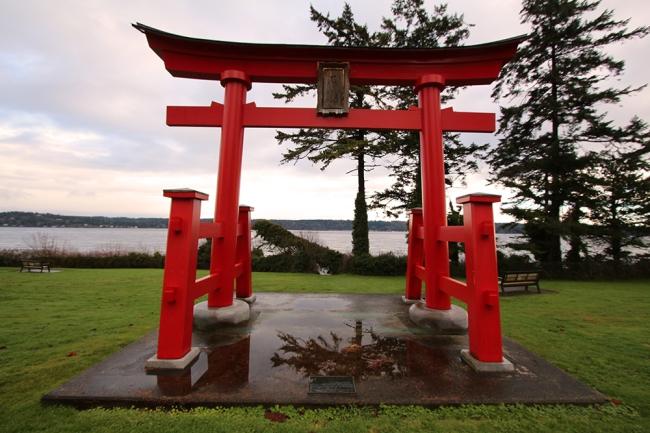 Ja japanilainen toriikin löydettiin. Campbell River on japanilaisen Ishikari-kaupungin sisarkaupunki.