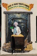 Eräs Mark Twain kirjoitti novellinsa Calaverasin piirikunnan kuuluisa hyppysammakko Angel Campin kylässä. Angel Campissa järjestetään vuosittain sammakoiden pituushyppykilpailut ja koko kylä on täynnä sammakonkuvia.