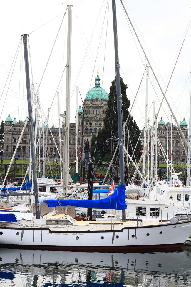 Ja kun kääntyi neljäsosakierrosta oikealle, purjeveneiden takana pilkisti parlamenttitalo.