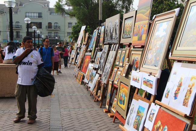 Taulukauppaa Mirafloresissa Limassa.